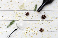 一个瓶酒和一块玻璃在一张木桌上与闪闪发光 Ha 库存照片
