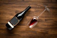 一个瓶酒和酒杯在老木头 免版税库存图片