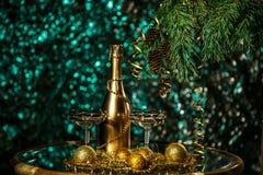 一个瓶香槟和玻璃在新年和圣诞节 图库摄影