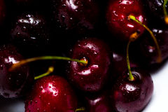 一个甜樱桃的莓果与水滴的在白色背景的一个碗 免版税图库摄影