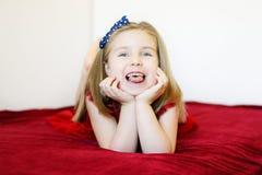 一个甜笑的学龄前女孩的画象 免版税库存照片