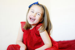 一个甜笑的学龄前女孩的画象 库存照片