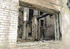 一个生存被毁坏的房子的残骸 库存照片
