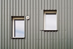 一个生态房子的两个窗口细节  库存照片
