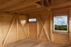 一个生态房子的空的建筑工地 木材结构的细节 从大厦窗口的看法 库存图片