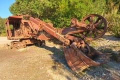 一个生锈的老反向铲或者挖掘机,忽略本质上 库存图片