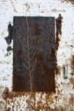 一个生锈的金属门的特写镜头 免版税库存照片