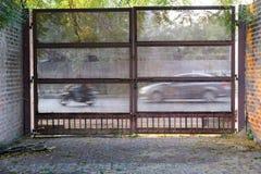 一个生锈的锁着的金属门 免版税库存图片