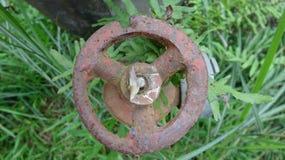 一个生锈的阀门,没人长期接触了它 库存照片