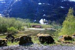 一个田园诗小的地方在Loen,在高山和谷中 免版税库存照片