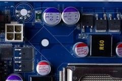 一个电子线路板的片段与各种各样的电子元件特写镜头的 免版税图库摄影