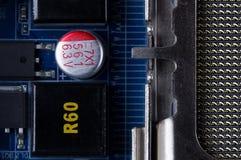 一个电子线路板的片段与各种各样的电子元件特写镜头的 库存图片