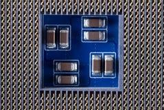 一个电子线路板的片段与各种各样的电子元件特写镜头的 图库摄影
