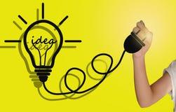 画一个电灯泡想法的手 免版税库存图片