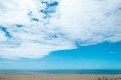 一个男人、一名妇女和一条狗在海滩 库存图片