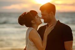 一个男人和一名妇女一条豪华的短裙的,看彼此t 免版税库存图片