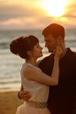一个男人和一名妇女一条豪华的短裙的,看彼此t 库存照片