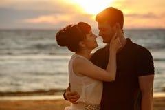 一个男人和一名妇女一条豪华的短裙的,看彼此t 免版税库存照片