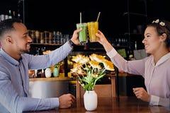 一个男人和一名妇女咖啡馆的 免版税库存图片