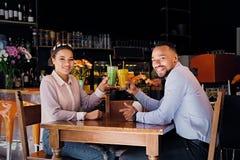一个男人和一名妇女咖啡馆的 免版税库存照片