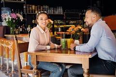 一个男人和一名妇女咖啡馆的 图库摄影