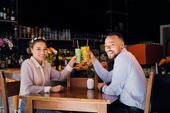 一个男人和一名妇女咖啡馆的 库存图片