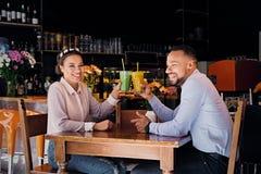 一个男人和一名妇女咖啡馆的 库存照片