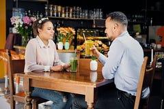 一个男人和一名妇女咖啡馆的 免版税图库摄影