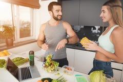 一个男人和一名妇女在厨房里早晨 人计划在船上的沙拉 库存图片