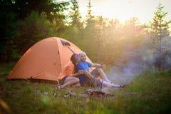 一个男人和一名妇女在帐篷附近 免版税库存图片