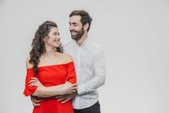 一个男人和一名妇女有长发的,支持充满爱 日s华伦泰 在a一件红色礼服打扮的妇女  免版税库存照片