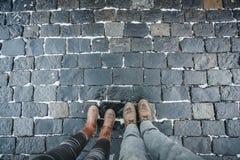 一个男人和一名妇女的腿反对一块铺路石被计划一块石头在红场在莫斯科,俄罗斯 图库摄影
