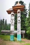 一个男人和一名妇女的雕象在喀尔巴阡山脉 库存照片