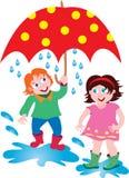 一个男孩和女孩在雨中与伞 库存照片