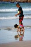 一个男孩和他的姐妹在开普敦沿岸航行 库存图片