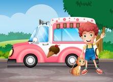 一个男孩和他的猫在一辆桃红色公共汽车附近 图库摄影