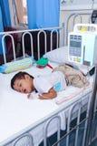 一个男孩在小儿科病区里 库存照片