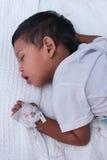 一个男孩在小儿科病区里 库存图片