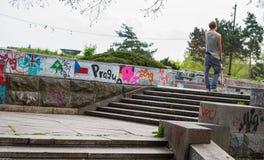 一个男孩在有滑板的公园 免版税库存照片