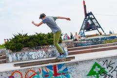 一个男孩在滑板的公园 库存图片