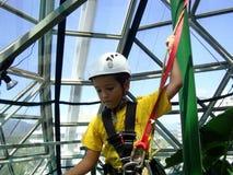 一个男孩在playgroung一个上升的区域在澳大利亚 免版税图库摄影