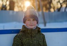 一个男孩室外滑冰场的画象在冬天 免版税图库摄影