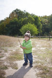 一个男孩用棍子 免版税库存图片