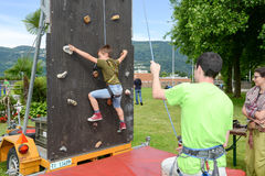 一个男孩的努力攀登的墙壁 免版税库存照片