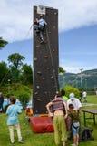 一个男孩的努力攀登的墙壁 免版税图库摄影