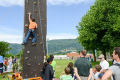 一个男孩的努力攀登的墙壁 免版税库存图片