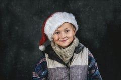 一个男孩的画象圣诞老人帽子的 库存照片