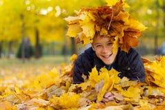 一个男孩的画象在秋天公园 库存照片