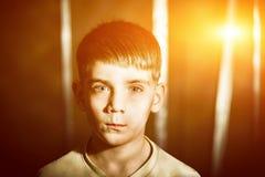 一个男孩的画象有火光的,被定调子的照片 库存图片