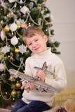 一个男孩的画象有礼物的在圣诞节新年 免版税库存照片